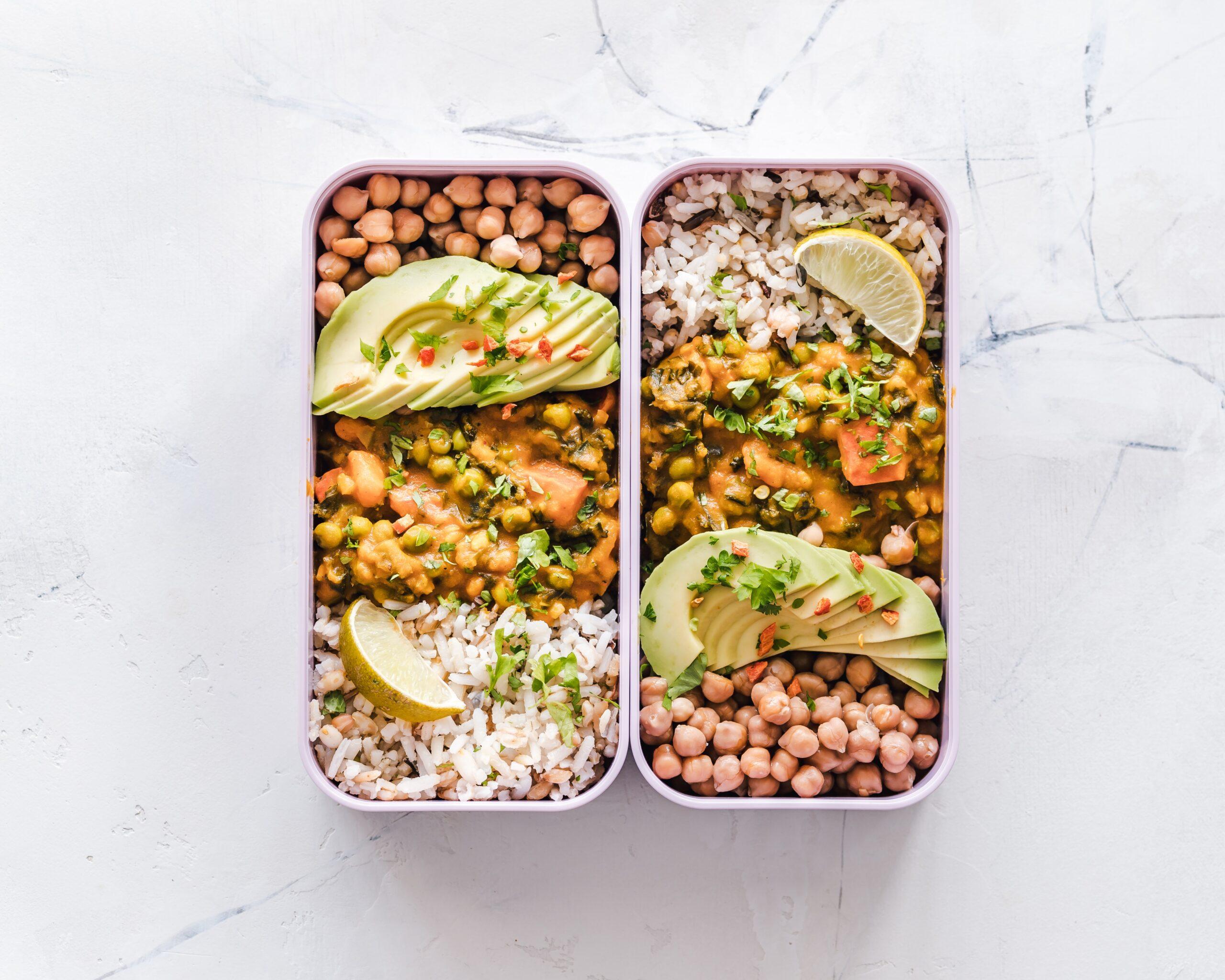 lunch box z wegańskim posiłkiem ryż, ciecierzyca, awokado, curry